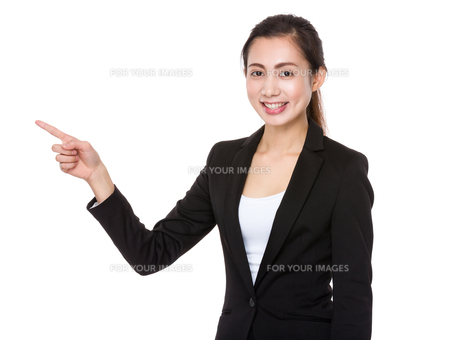 Asian Young businesswoman with finger point upの素材 [FYI00791556]