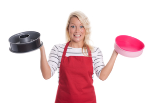 housewife holding different baking molds and is skepticalの写真素材 [FYI00791596]