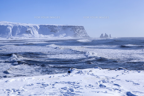 Wide shot of three pinnacles of Vik, South Icelandの写真素材 [FYI00791612]