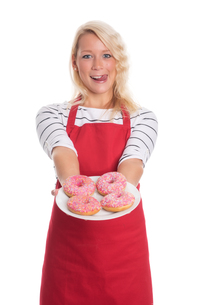 blonde woman in apron holding a plate of donutsの写真素材 [FYI00791668]