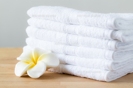 Plumeria flower with stack of white towelの素材 [FYI00791669]