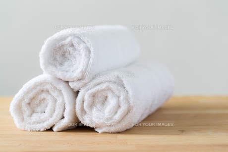 White spa towels pile on wooden tableの写真素材 [FYI00791671]