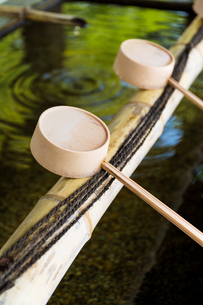 Traditional Japanese bamboo fountain dripping waterの写真素材 [FYI00791750]