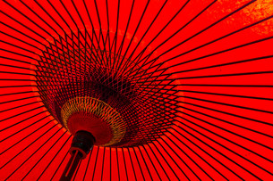 Japanese traditional red umbrellaの写真素材 [FYI00791756]