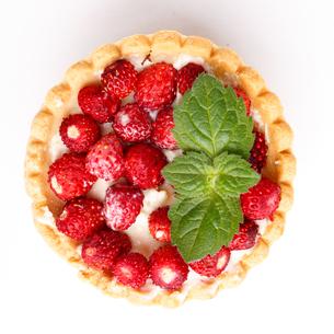 Dessert with wild strawberriesの写真素材 [FYI00791766]