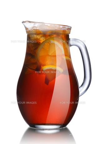 Jug of lemon iced teaの写真素材 [FYI00791775]