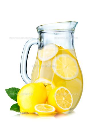 Lemonade pitcher with lemonsの写真素材 [FYI00791802]