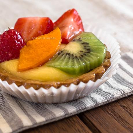 Pastry with fruitの写真素材 [FYI00791848]
