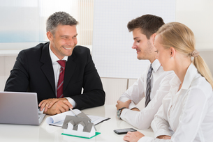Couple Consulting Estate Agentの写真素材 [FYI00791851]