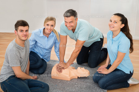 Instructor Showing Cpr Training On Dummyの写真素材 [FYI00791871]
