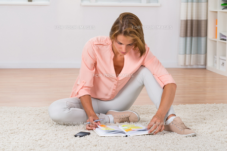 Woman Writing Note In Diaryの写真素材 [FYI00791915]