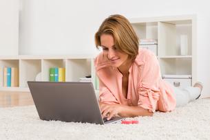 Woman Online Dating On Laptopの写真素材 [FYI00791926]
