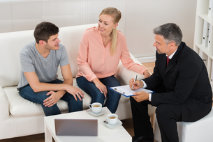 Real Estate Agent Talking To Coupleの写真素材 [FYI00791932]