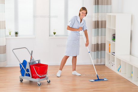 Female Housekeeper Cleaning Floor With Mopの写真素材 [FYI00791951]