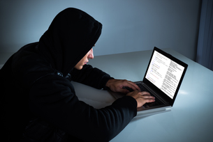 Hacker Stealing Information From Laptopの写真素材 [FYI00791964]