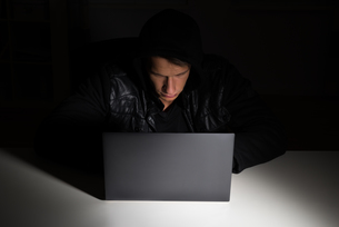 Hacker Stealing Data From Laptopの写真素材 [FYI00791971]