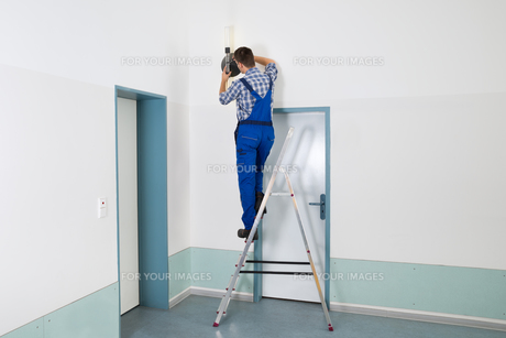 Electrician Repairing Lightの写真素材 [FYI00791974]