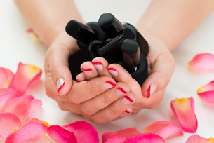 Woman Hands Holding Nail Varnish Bottlesの写真素材 [FYI00791986]