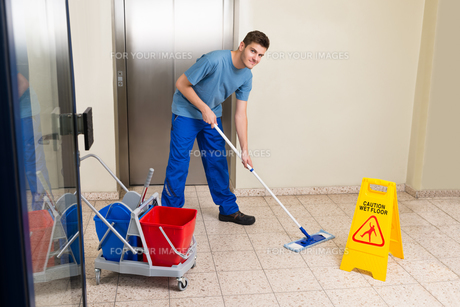 Male Janitor Mopping Floorの写真素材 [FYI00792006]