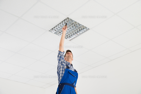 Electrician Installing Ceiling Lightの写真素材 [FYI00792030]