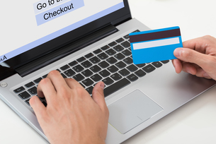 Person Hands Shopping Online On Laptopの写真素材 [FYI00792042]