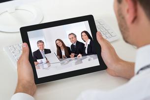 Businessman Videoconferencing With Digital Tabletの写真素材 [FYI00792043]