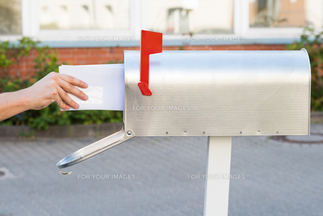 Person Removing Letters From Mailboxの素材 [FYI00792067]
