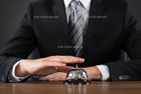 Businessperson Using Service Bellの写真素材 [FYI00792081]