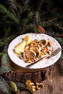 potatoes with pork medallions and chanterelle sauceの写真素材 [FYI00792398]