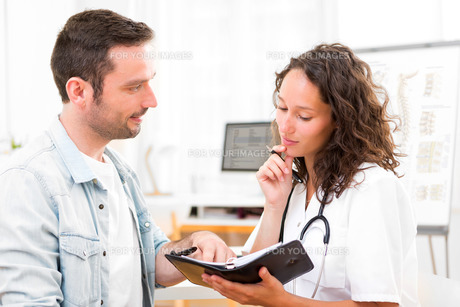 Young attractive doctor dating next appointmentの素材 [FYI00792612]