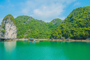 Floating house and rock island in Halong Bayの写真素材 [FYI00792945]