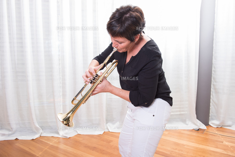 attractive woman playing the trumpetの写真素材 [FYI00793085]