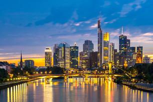 Frankfurt Skyscraper Germany duskの写真素材 [FYI00793194]