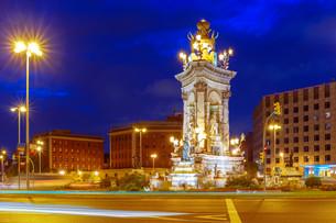 Placa Espanya in Barcelona at night, Spainの写真素材 [FYI00793215]