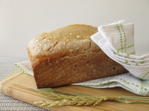 light tin loaf with spelled flour from the bread machineの写真素材 [FYI00793220]