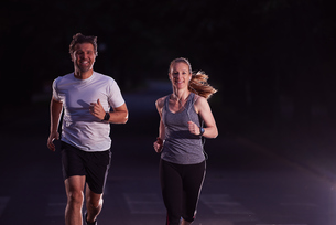 couple jogging at early morningの写真素材 [FYI00793696]