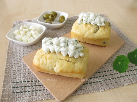 mini loaves with olives,feta cheese and herb quark toppingの写真素材 [FYI00793770]