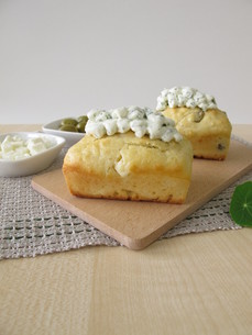 mini loaves with olives,feta cheese and herb quark toppingの写真素材 [FYI00793777]