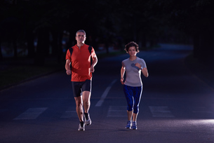 couple jogging at early morningの写真素材 [FYI00793910]