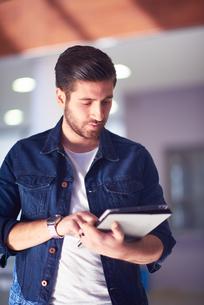 student using tablet computerの写真素材 [FYI00793940]