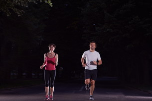 couple jogging at early morningの写真素材 [FYI00794005]