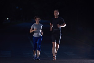 couple jogging at early morningの写真素材 [FYI00794014]