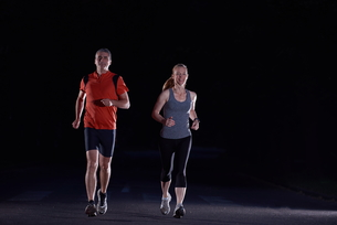 couple jogging at early morningの写真素材 [FYI00794056]