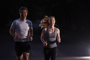 couple jogging at early morningの写真素材 [FYI00794059]