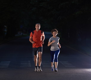 couple jogging at early morningの写真素材 [FYI00794101]