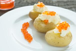 delicacy caviar on potatoの写真素材 [FYI00794133]