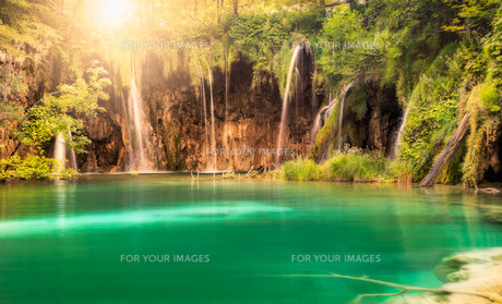 Waterfall with sun at Plitvice Lakes National Park, Croatiaの写真素材 [FYI00794212]