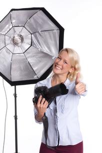 photographer in photo studio showing thumbs upの写真素材 [FYI00794225]