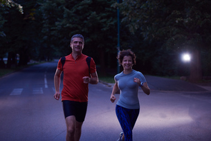 couple jogging at early morningの写真素材 [FYI00794274]