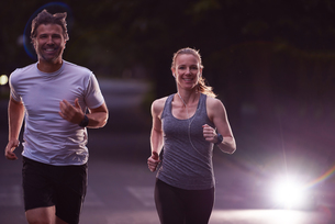 couple jogging at early morningの写真素材 [FYI00794280]